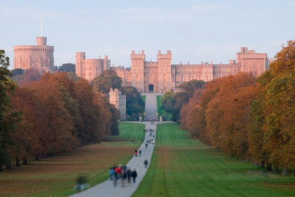800px-Windsor_Castle_at_Sunset_-_Nov_2006