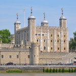 Tower_of_London_viewed_from_the_River_Thames-600x377