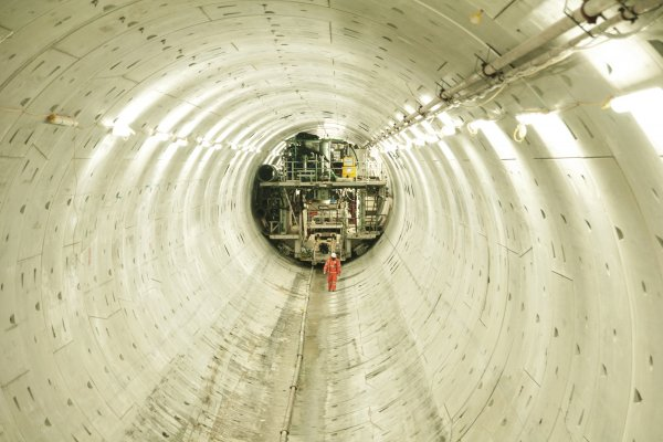 1363944_lee-tunnel_worker-inside