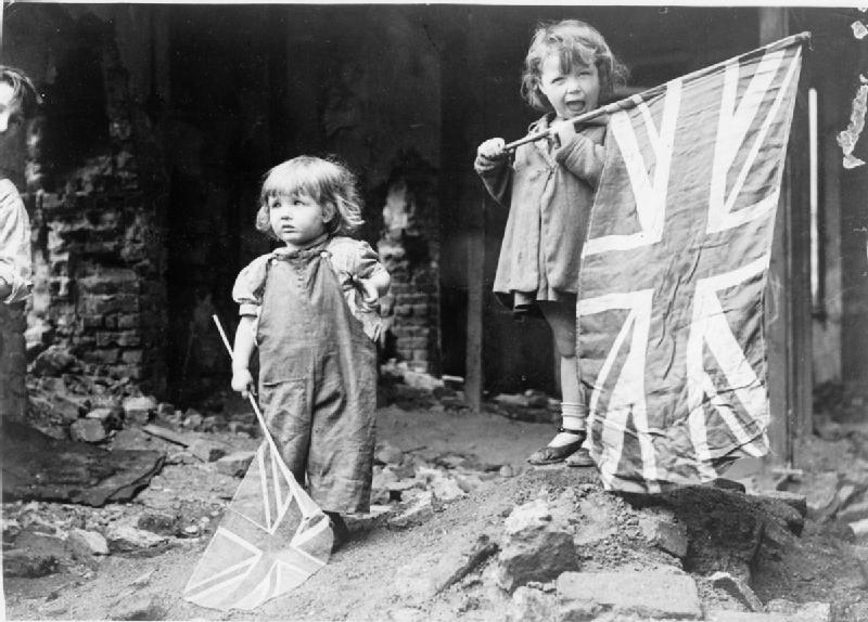 Ve_Day_in_London,_8_May_1945_HU49414