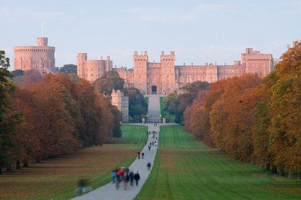 800px-Windsor_Castle_at_Sunset_-_Nov_2006