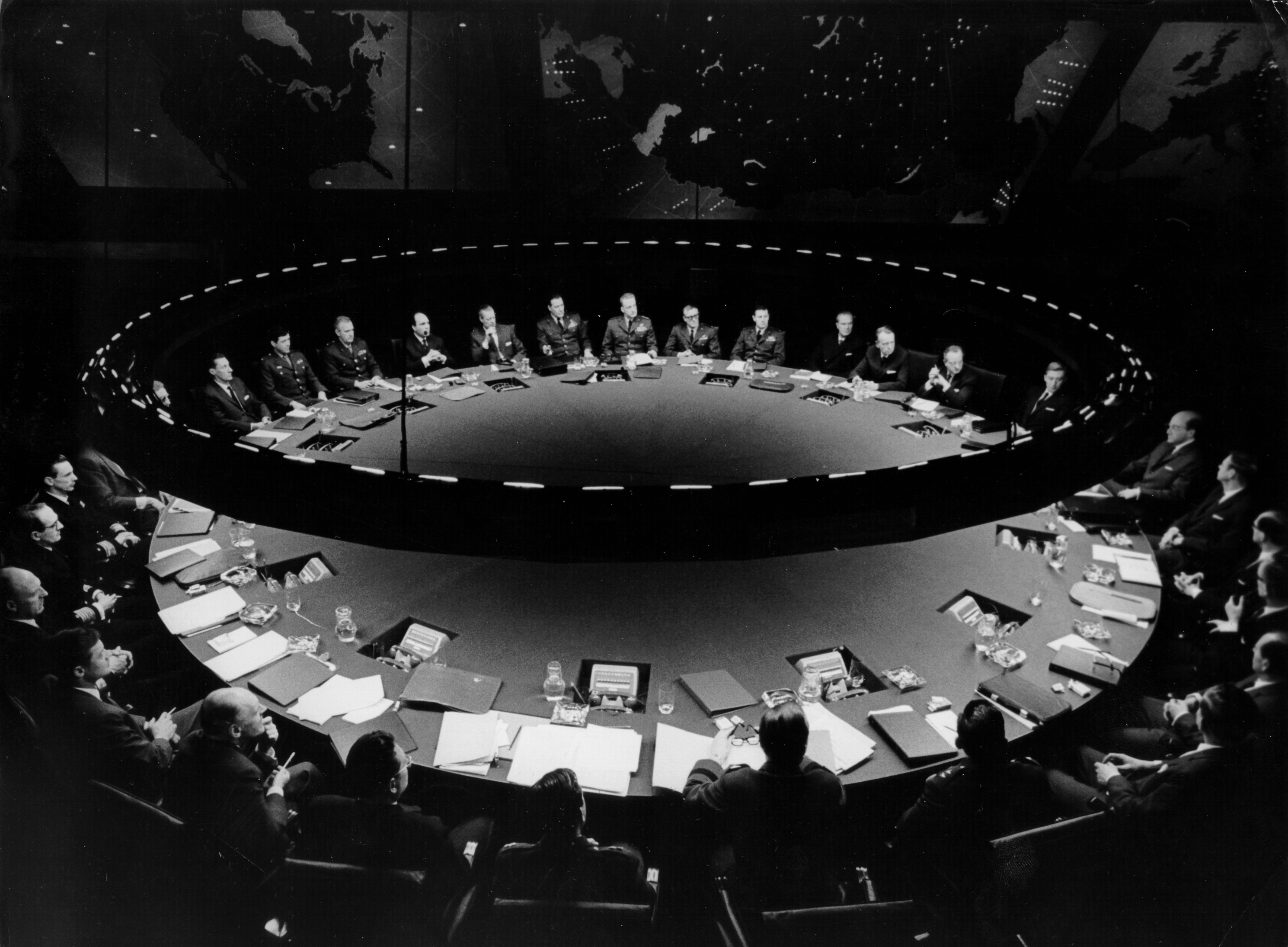 Dr. Strangelove or: How I Learned to Stop Worrying and Love the Bomb, directed by Stanley Kubrick (1963-64; GB/United States). The Conference table in the War Room. © Sony/Columbia Pictures Industries Inc